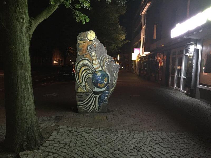 Große Steinskulptur auf dem Bürgersteig in Uelzen