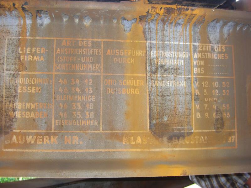 Ein verrostetes Schild mit Angaben zum Hersteller, zum Baujahr und zu anderen Details der Brücke