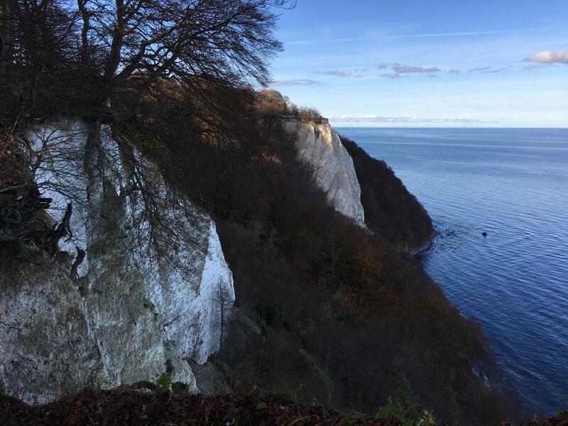 Weiße Kalkfelsen über dem Meer, darüber blauer Himmel