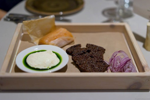 """""""Kåseberga"""" – flavors of a Swedish picnic. Smoked trout, sour milk bread, red onion and sour cream with """"løyrom"""" and dill oil."""