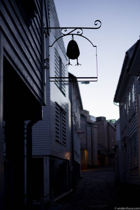 Egget is hidden away in a dark back alley ...