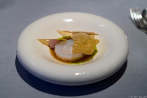 Cod with fresh onions and broth from small crabs
