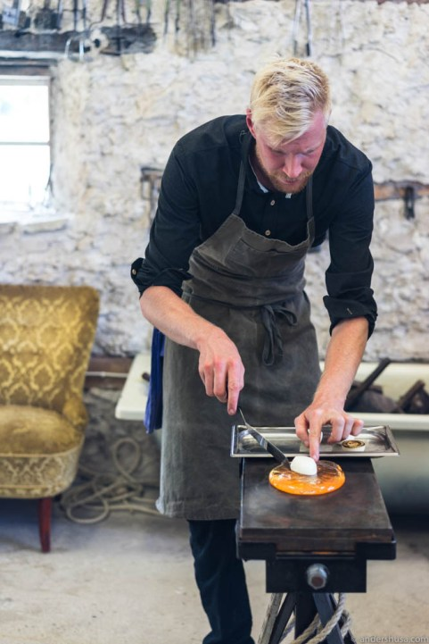 Meanwhile, Lucaz Ottosson casually fries some onions on a plate of molten glass