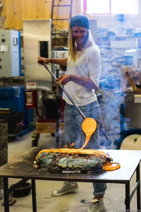 The molten glass holds a temperature of 1150 ° C (2100 ° F)