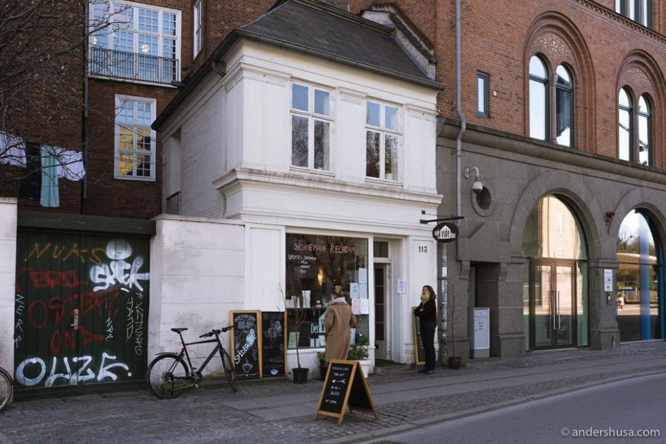 This cute white house (Det Vide Hus!) is your one-stop shop for coffee and ice cream on Gothersgade.