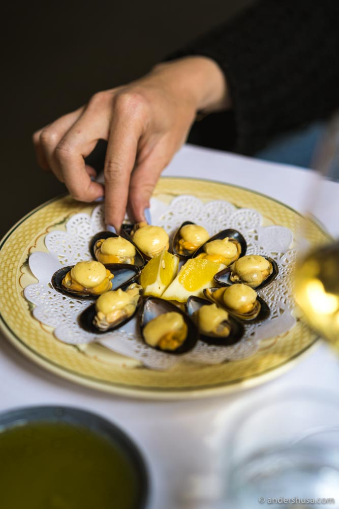 Steamed mussels with aioli.