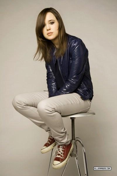 Ellen Page A Garota Fantstica Ande Sobre Almofadas