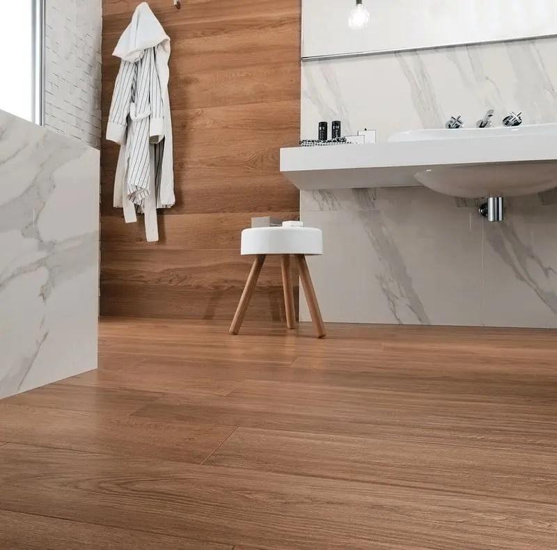 pavimento effetto legno e parete effetto marmo bianco