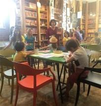 """Aici le prezentam copiilor volumul de """"Teatru pentru prichindei mari, mici și mititei"""", publicat la editura Mediamorphosis și disponibil în librăria Carturesti Verona."""