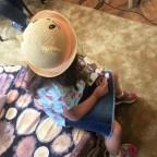 """O ascultătoare cu pălăriuță chic și CD-ul ei cu spectacolul radiofonic """"Domnul de ciocolată""""."""