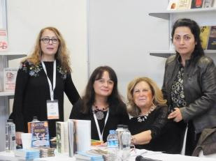 Tot în prima (mea) zi de târg am făcut cunoștință și cu alte două scriitoare de literatură pentru copii: Sibel Karabulut și Zerin Aktaș, cărora le mulțumesc pentru că au avut răbdare să ne asculte, dar și pentru cărțile pe care mi le-au dăruit.