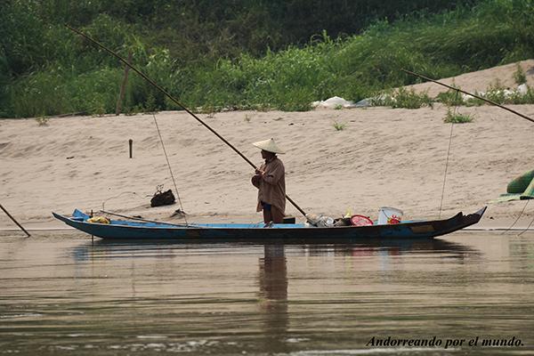 señor de Luang Prabang pescando