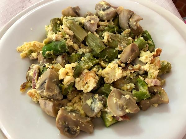 Salteado ajetes, huevo y champiñones, El Fogón.