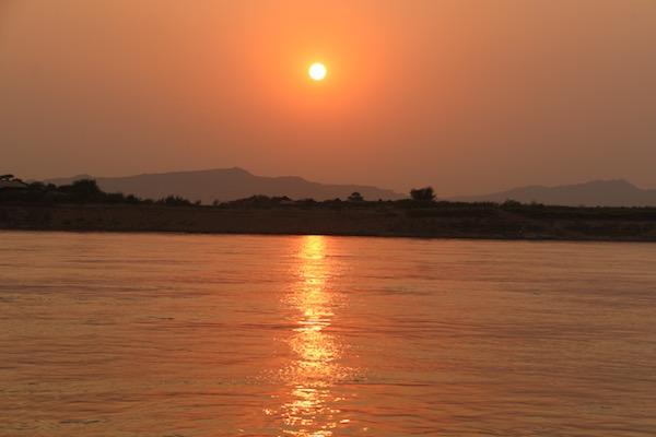 Atardecer Río Ayeyarwady-Andorreando por el Mundo