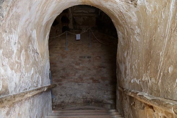 Entrada cripta funeraria