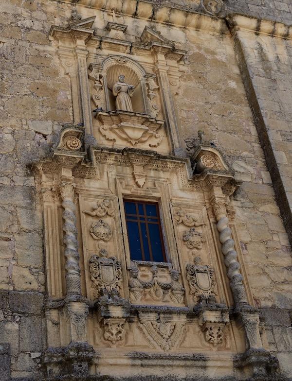 Detalles fachada de la iglesia de San Antonio.