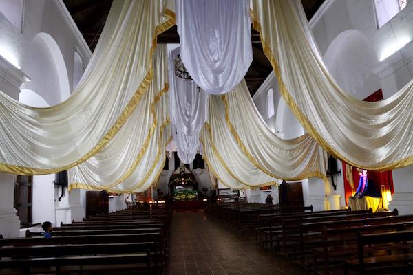 Interior de la iglesia de San Francisco de Asís, Panajachel.