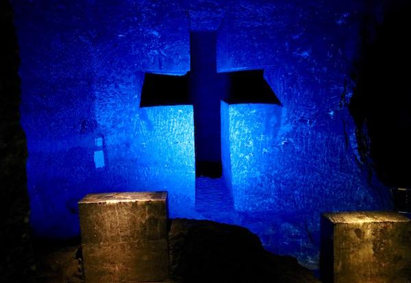 Jesús es bajado de la cruz.