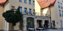 Hotel mit Raddekoration auf dem Balkon