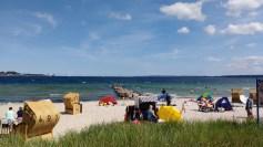 Sandstrand, Strandkörbe, Meer und blauer Himmel