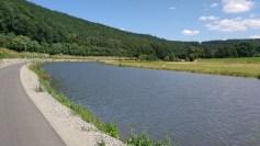 Ein Radweg an einem Fluss