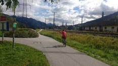 Mann auf Fahrrad winkt