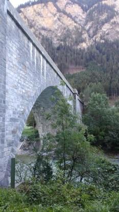 Eine große Steinbrücke über den Inn von unten gesehen