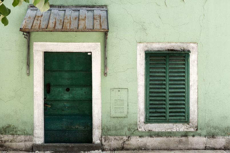 Fenster und Tür in Cetinje (Montenegro)