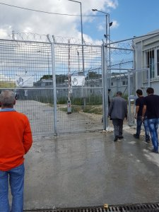 """L'entrée du camp de Moria devenu de """"concentration"""". Plus aucune liberté n'est donnée, cela va à l'encontre des droits fondamentaux internationaux."""