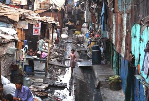 Une ruelle d'un bidonville comme on peut en voir en Inde.