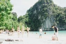 Salah satu sisi pantai di Koh Hong yang dipenuhi wisatawan