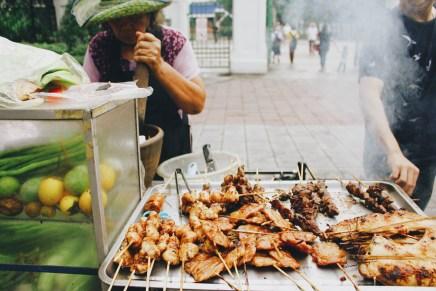 Salah satu gerobak yang menjual daging bakar di Phrom Phong BTS Skytrain Station