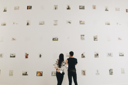 Foto-foto proses kerja Erwin Wurm yang ditempel di dinding