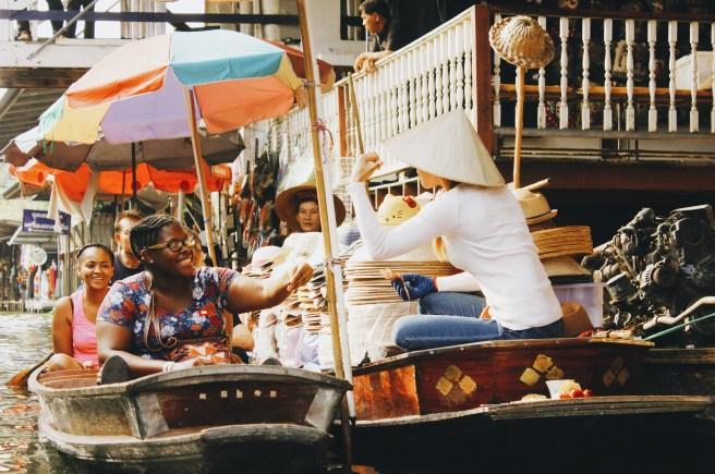 Para pedagang di Damnoen Saduak Floating Market melakukan negosiasi dengan calon pembeli dengan membawa kalkulator