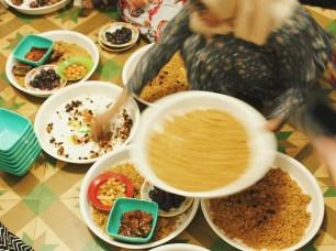 Satu nampan Nasi Kebuli, lengkap dengan lauk-pauknya