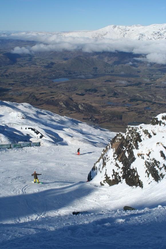 Besneeuwde bergen met een droog dal