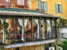 Riflesso del fotografo sulla vetrata di questo ristorantino a Moustiers