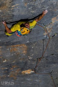 Sbisi fighting hard on the first pitch, 8a - photo by Luka Fonda