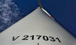 Windenergieanlage blauer Himmel
