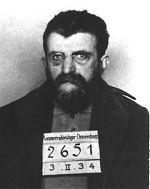 Erich Mühsam bei seiner Einlieferung ins KZ Oranienburg, 10. Juli 1934 .