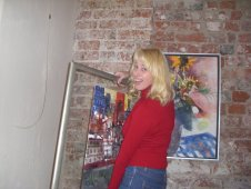 Anja Es beim Hängen meiner Bilder