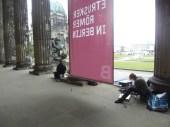 Wir in den Akarden des Alten Museum