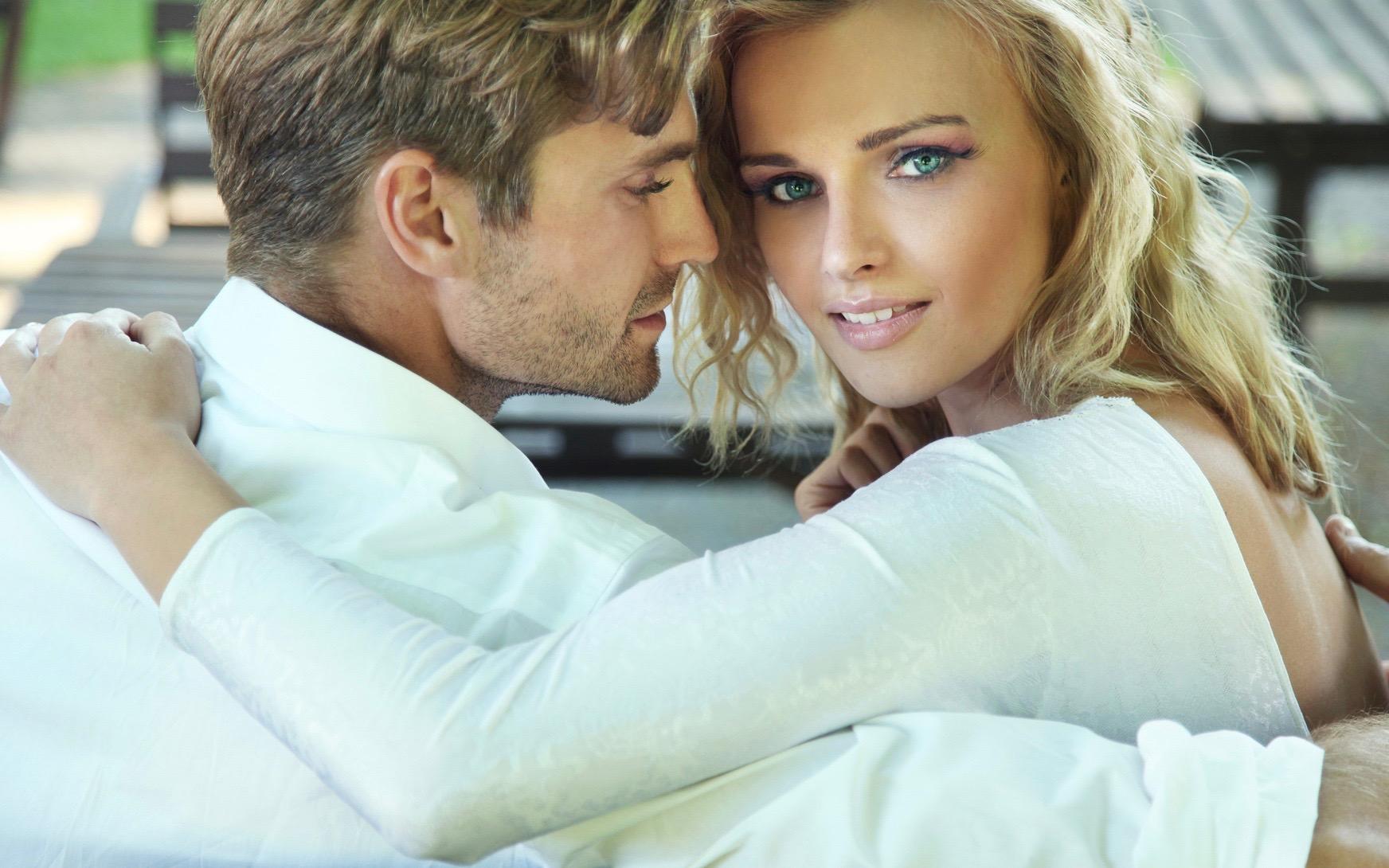 Schönes glückliches Paar schaut in Kamera, Beziehungen Liebe Andreas Mittlböck