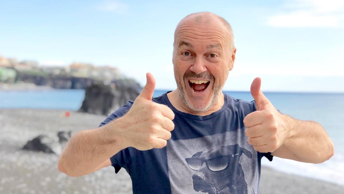 Andreas Mittlböck am Strand lachend und glücklich in Madeira