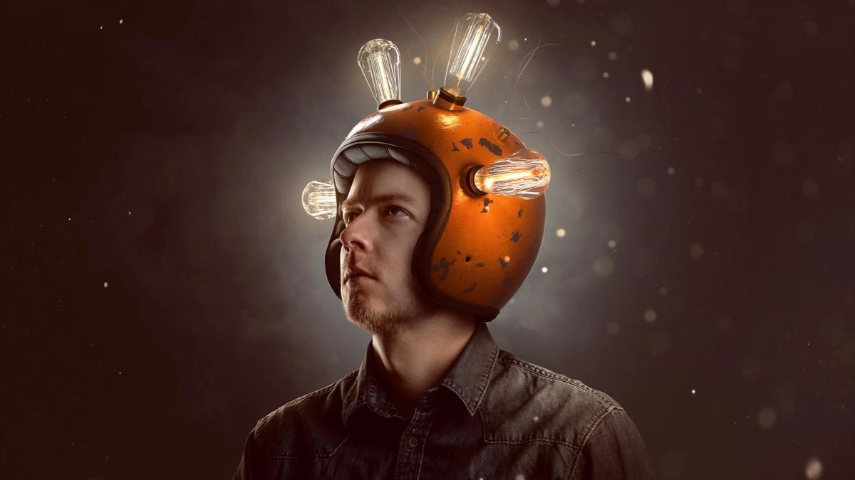 Junger Mann mit Glühbirnen-Helm. Andreas Mittlböck. Wut Frust Deine Seele spricht zu Dir