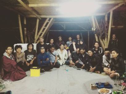 Foto bareng, Seniman Residensi RRRecFest in The Valley 2015 dan penduduk desa pesanggrahan