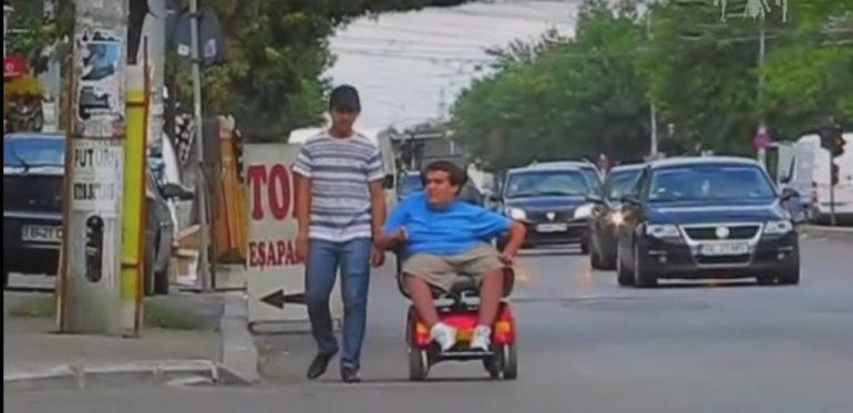 Dificultatea deplasării unei persoane cu dizabilităţi în Bucureşti