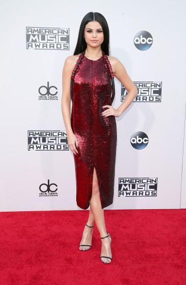 01. Selena Gomez - rochie Givanchy