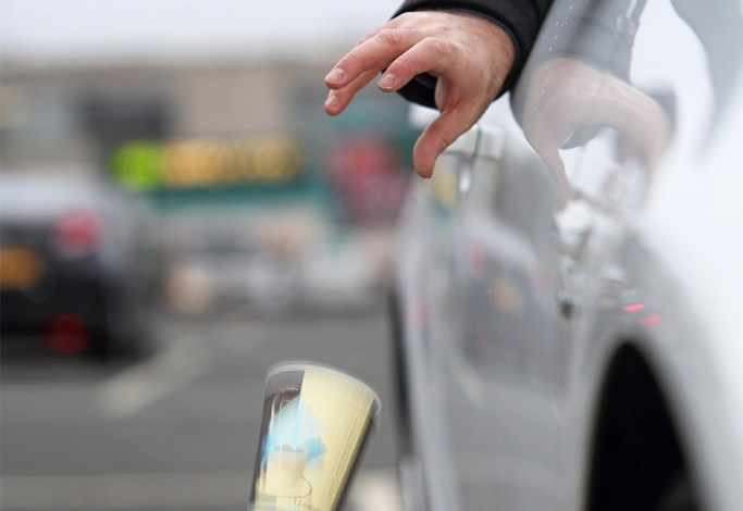Photo of Ce faci atunci cînd șoferul din față își aruncă mizeria pe geam?