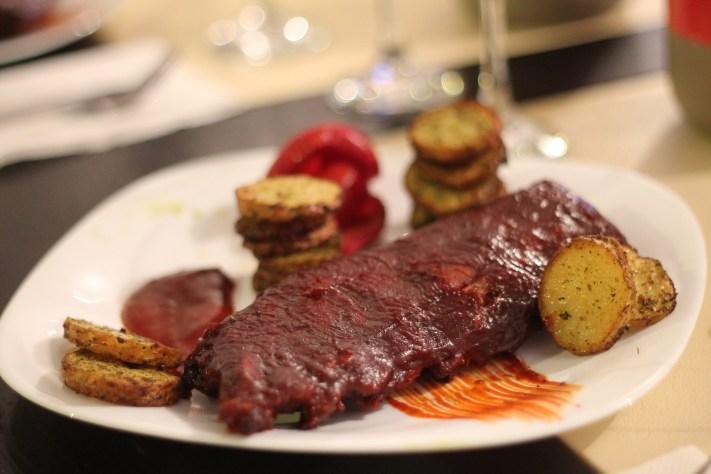 Coaste de porc cu sos barbeque cu cartofi la cuptor